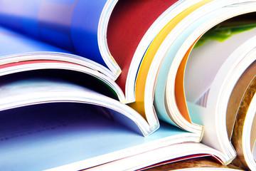 9 livres ouverts couleurs